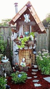 Linda-Gladmans-treehouse-fairy-garden